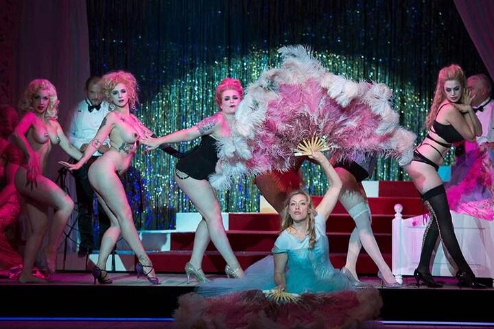"""Statt klassischem Ballett: So sexy überraschen die Burlesque-Tänzerinnen die  """"Salome""""-Besucher in der Semperoper."""