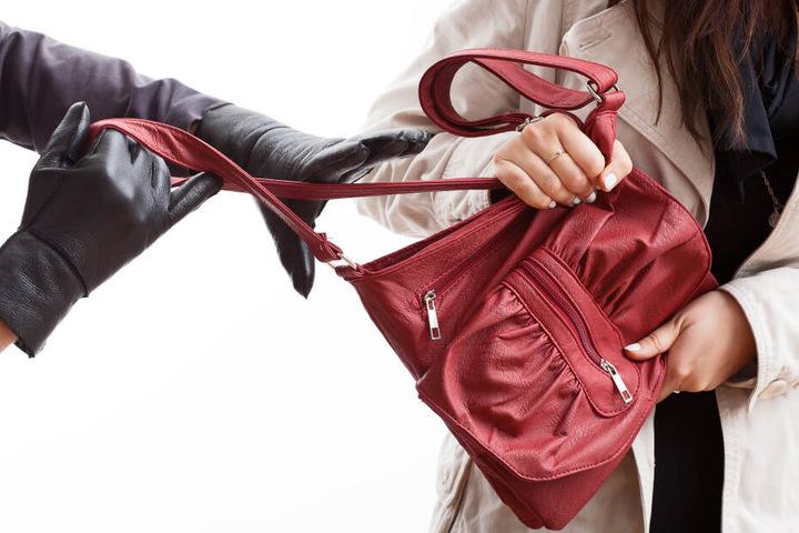 Der Dieb klaute ihre Handtasche. (Symbolbild)