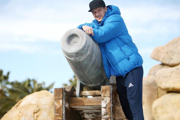 Wie passend für einen Scharfschützen! Torjäger Daniel Frahn lehnt im Trainingslager im spanischen Salou an einer Kanone.