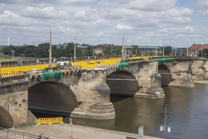 Auf der östlichen Brückenseite wird die komplette Brüstung abgenommen und  saniert.