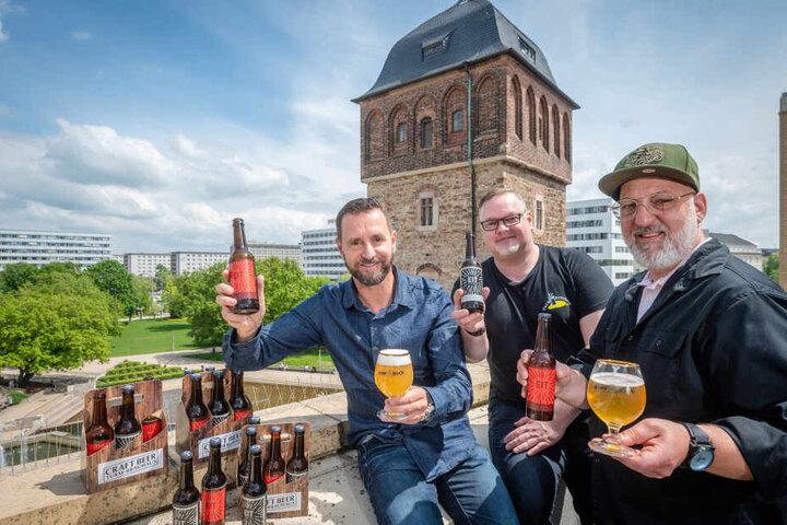 """Turm-Brauhaus-Chef André Donath (54, l.) und Geschäftsführer Andreas Müller (48, r.) mit Braumeister Yves Hänsl (45) haben das """"EIT - Einer im Turm""""-Bier kreiert."""