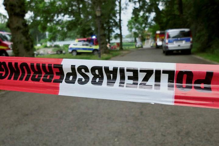 Polizisten haben den Uferweg abgesperrt. Am Abend wurde die Leiche des vermissten Mannes in der Nähe eines Bootsanlegers gefunden.