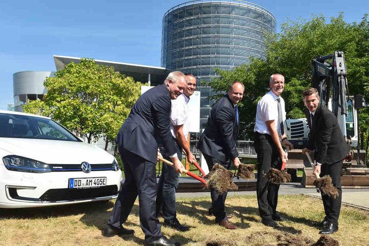 Wenn Anzugträger zur Schippe greifen (v.l.): VW-FinanzchefSiedlatzek, Betriebsrats-Chef Aehlig, OB Hilbert, Bauleiter Eichel und Wirtschaftsminister Dulig.