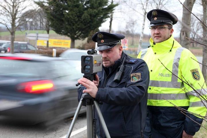 Jeder Kilometer zählt: Polizeihauptmeister Andreas Grass (l., 49) bei der  Messung.