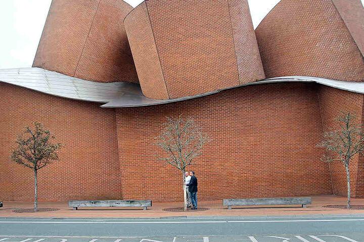 Die Bäume stehen vor dem Museum und gehören mit zur Gesamtoptik.