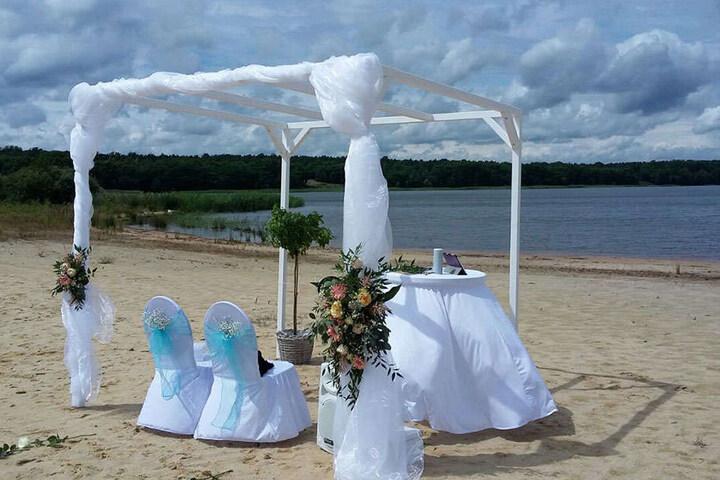 Von wegen steifes Arrangement: Moderne Ehepaare wünschen sich eine lässige Atmosphäre bei der Hochzeit, weiß Weddingplanerin Claudia Schubert.