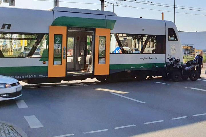 Ein Quad krachte mit der Vogtlandbahn zusammen.