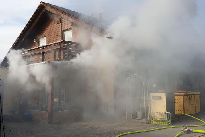 Die Bewohner des Hauses waren nicht zu Hause, als das Feuer ausbracht; jetzt ist das Haus nicht mehr bewohnbar.