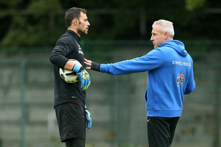 Trainer Pavel Dotchev (r.) hat in dieser Woche ausführlich mit Daniel Haas gesprochen.Ob er an seinem Keeper festhält, ist noch offen.