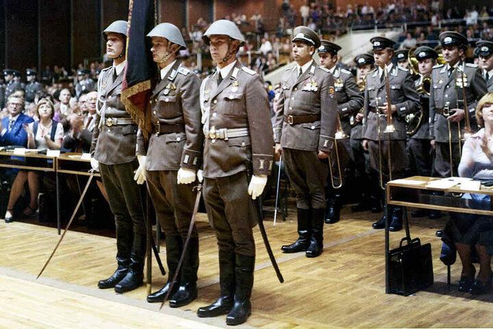 Der Kulti wurde auch politisch genutzt: Soldaten der Nationalen Volksarmee marschieren 1977 zum 14. Parteitag der DDR-CDU im Saal auf.