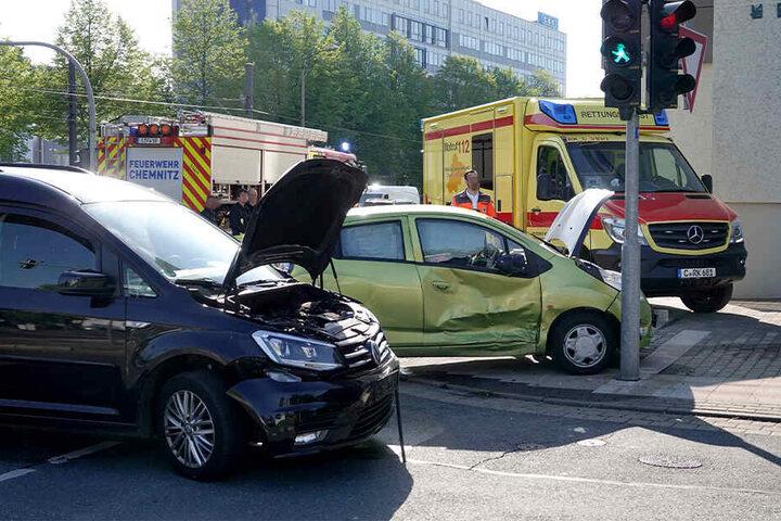 Der Chevrolet und der VW waren auf der Kreuzung Augustusburger Straße/ Hainstraße zusammengestoßen.