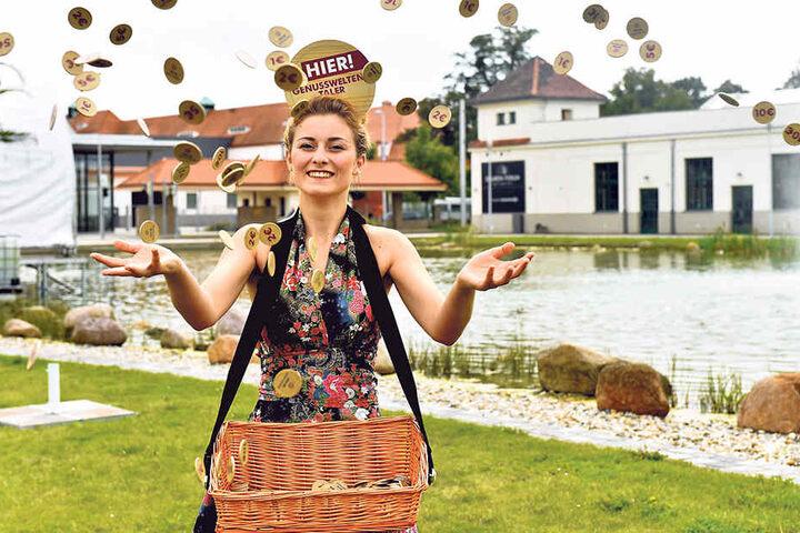 Wer bei den Genusswelten nicht aufs Wechselgeld warten will, zahlt mit  Genusstalern. Die gibts bei Lina Herbst (20) im Bauchladen.