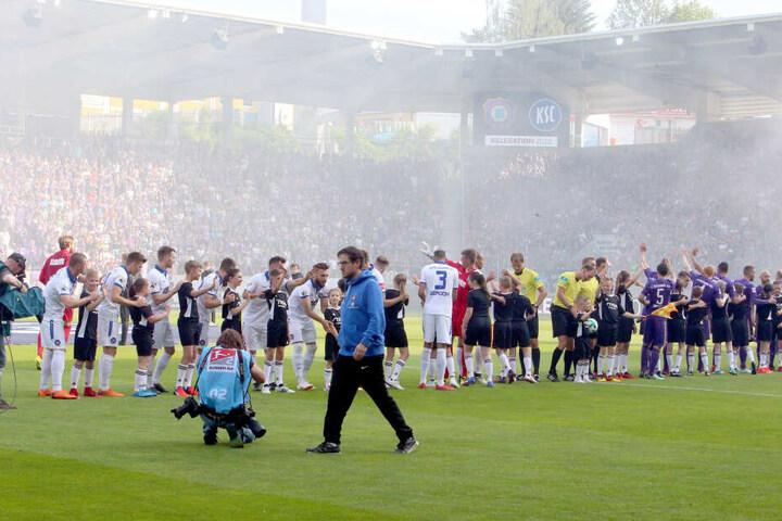 Angespannt bis zum Letzten: Hannes Drews vor dem Rückspiel in der Relegation gegen Karlsruhe. Er packte den Klassenerhalt - und trat völlig am Ende mit sich und der Welt zurück.