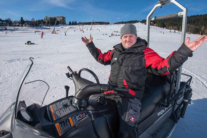 René Lötzsch (45), Geschäftsführer der Fichtelberg Schwebebahn freut sich über Sonne und Schnee.