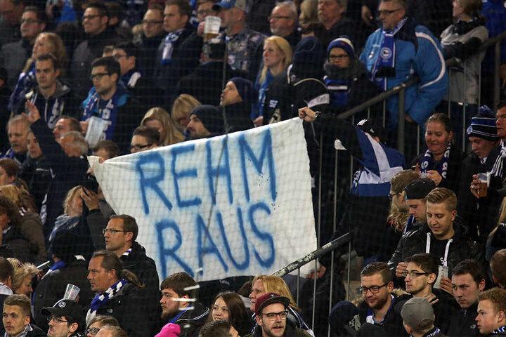 """Kurz vor Spielende wurde von einigen Fans mit einem Plakat """"Rehm raus"""" gefordert."""