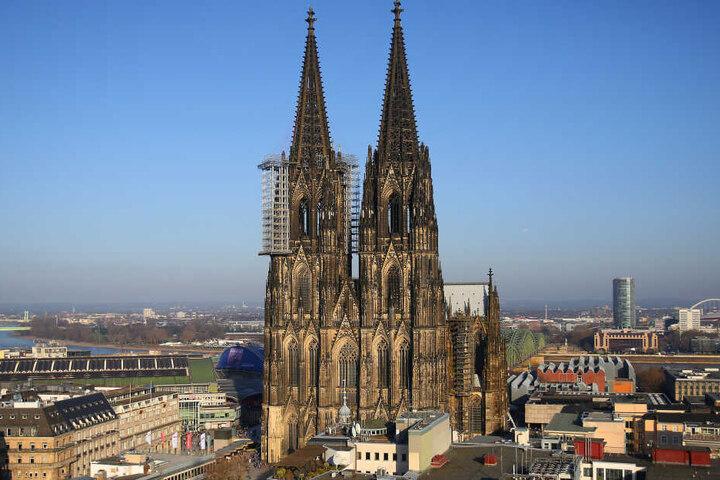 Der Kölner Dom wird täglich von Tausenden Menschen besucht, von denen viele auch die Freitreppe nutzen (Archivbild).