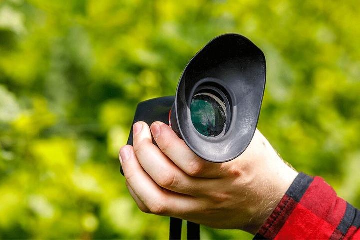 Dieser Spezialaufsatz ermöglicht es Steinfeldt, etwas durch seine Foto-Kamera zu erkennen.