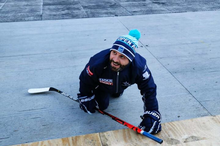 Eislöwen-Coach Rico Rossi krabbelte zur Eisfläche, weil er die Kufenschoner vergessen hatte.
