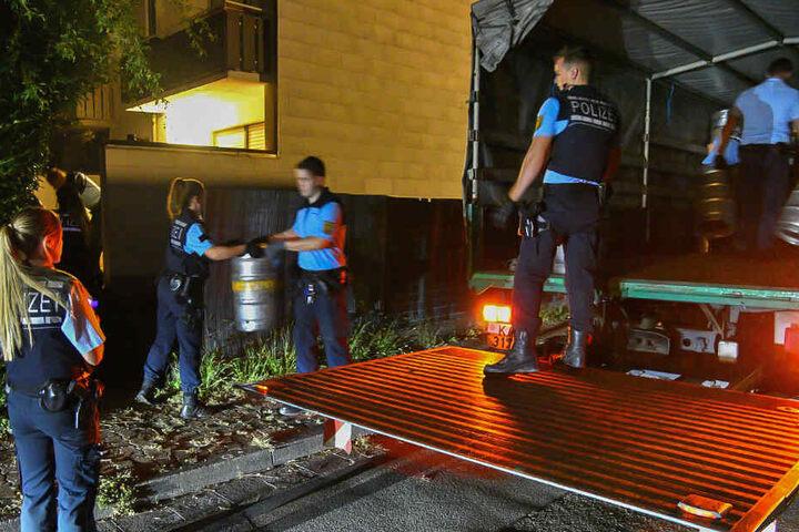 Hand in Hand: Die Beamten hieven gemeinsam die 170 Fässer in den Lastwagen.