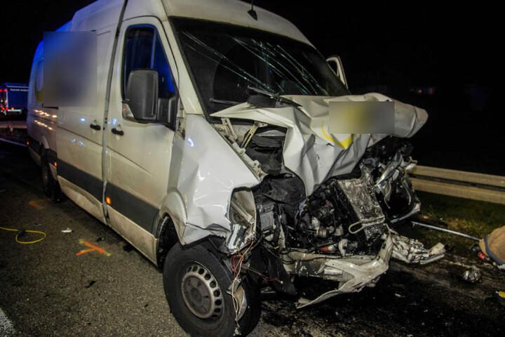 Der 21 Jahre alte Fahrer dieses Kleintransporters kam mit leichten Verletzungen davon.