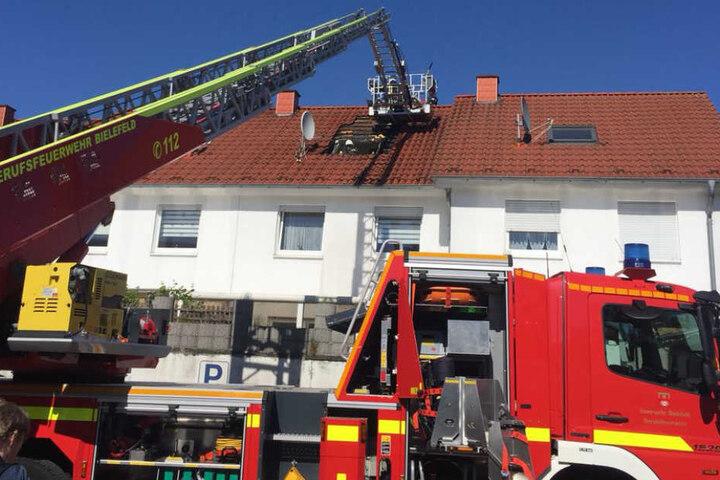 Mit einer Drehleiter kämpften die Einsatzkräfte gegen das Feuer.