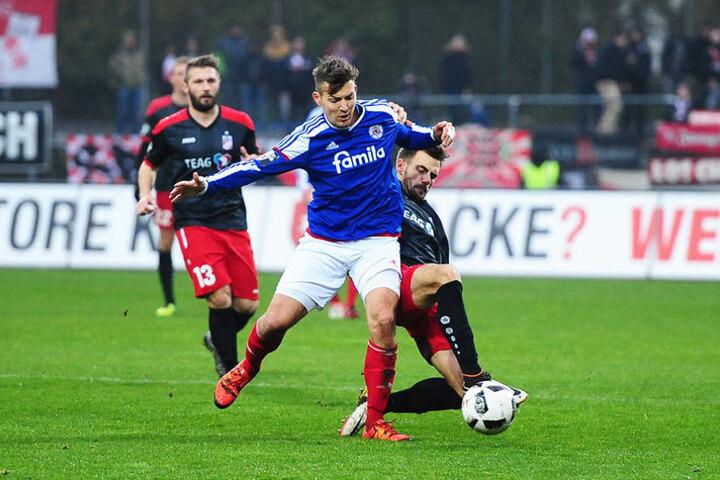 Liridon Vocaj im Zweikampf mit Tim Siedschlag (l.) von Holstein Kiel.