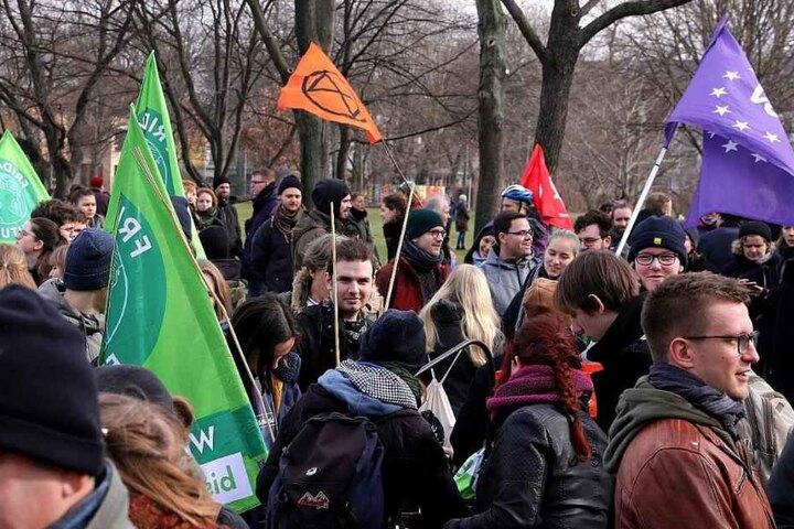 Gegendemonstranten im Alaunpark.