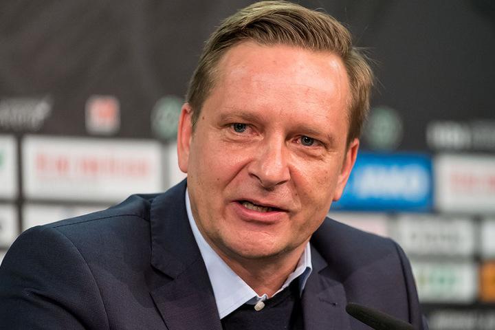 """Hannovers Sportchef konnte seine Wut nicht zurückhalten und ließ im """"Sky""""-Interview eine wahre Schimpftirade in Richtung Schiedsrichter los."""