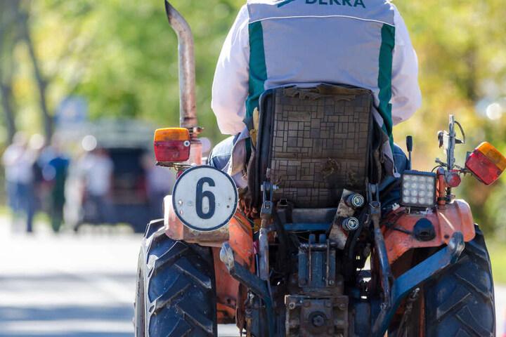Auf der Rückseite des Minitraktors ist auch die zugelassene Höchstgeschwindigkeit angebracht.