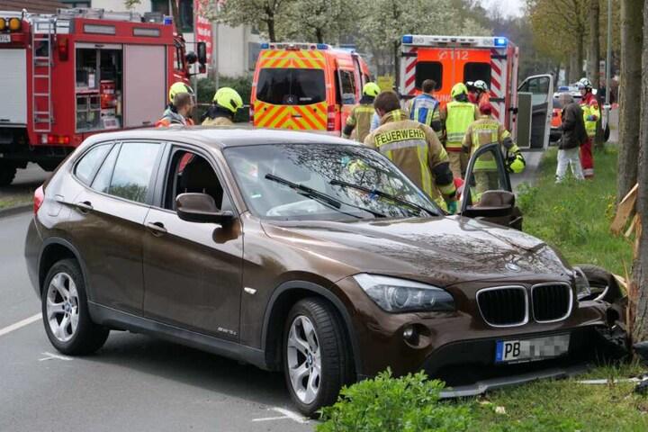 Der BMW rammte mit voller Wucht gegen einen Baum.