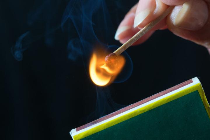 Die Täter hatten Papier neben der Flüssigkeit angebrannt, das Feuer erlosch aber. (Symbolbild)