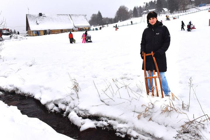 Jutta Neumann (61) aus Heidenau zeigt die Stelle am Bach, an der ihre Enkel  hinein stürzten. Sie sucht jetzt den Mann, der den Jungen aus dem Eiswasser  zog.