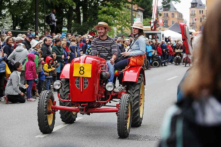 Festumzug zum Auftakt des Elhangfestes: Tausende Gäste säumen ab Loschwitz die Strecke.