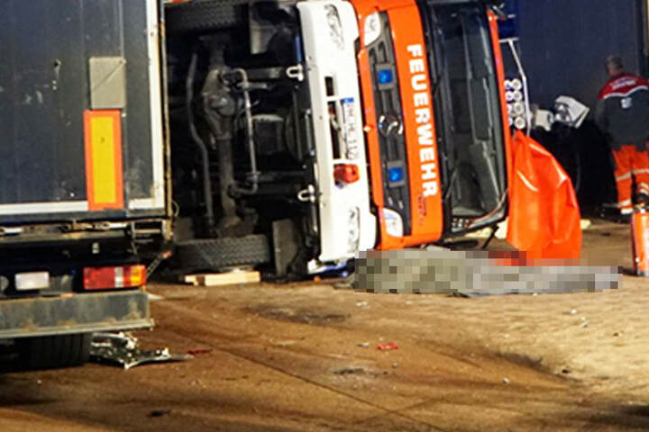 Der Lkw raste in das Stauende, am Ende kippte das Feuerwehrauto um und begrub zwei Kameraden unter sich.