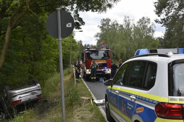 Polizei und Feuerwehr bei der Unfallstelle.