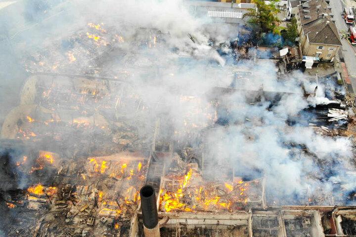 Aus der Luft ist das Ausmaß des Feuers gut zu sehen.
