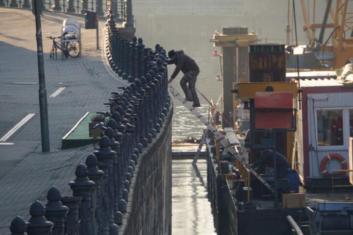 Über eine Leiter gelangen die Retter auf ein Schiff, von dem sie dann die Person bergen konnten