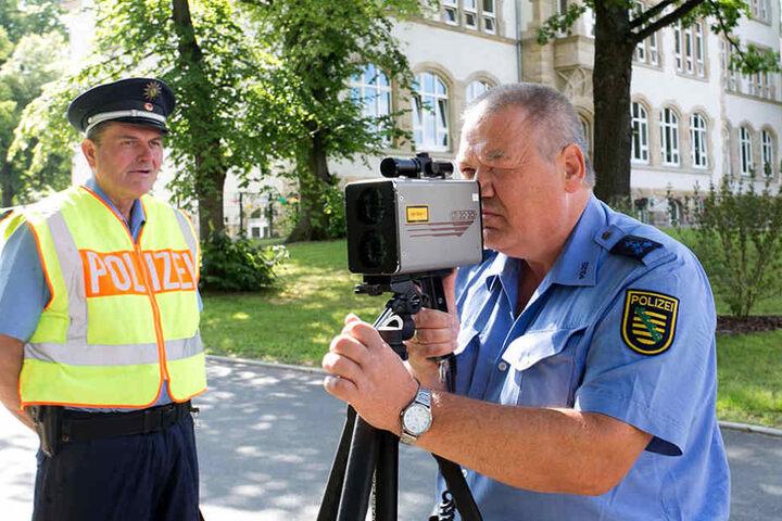 Polizeihauptmeister Mario Werning (54) schaut mit  der Laserpistole Autofahrern auf die Tachos.