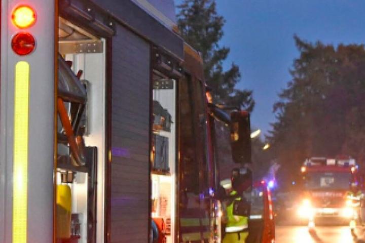 Ein Anbau brannte so stark, dass auch die Hausfassade und der Dachstuhl Feuer fingen. (Symbolbild)