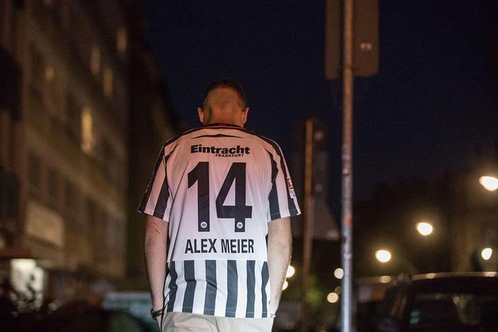 Für Frankfurt hat es nicht ganz gereicht. Ein sichtlich betroffener Fan muss das erstmal verdauen.