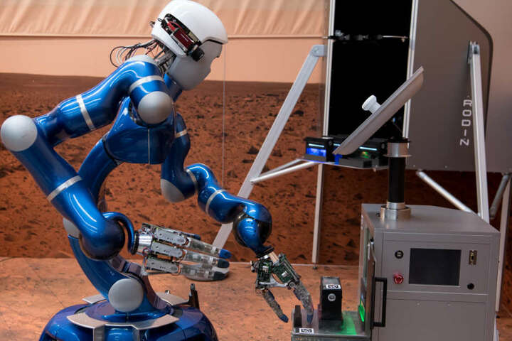 Der Roboter Justin soll die Astronauten künftig bei Einsätzen auf anderen Planeten unterstützen.