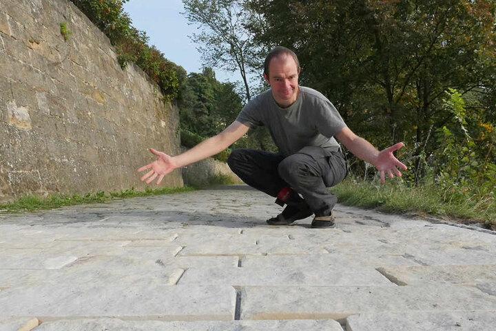 ADFC-Dresden Vorstand Nils Larsen sieht in dem neuen Sandsteinpflaster keine Verbesserung.