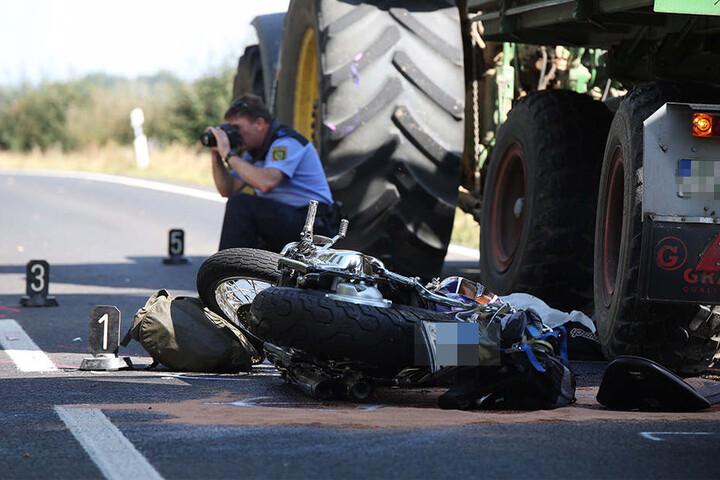 Ein Polizist bei der Unfallaufnahme. Es werden Zeugen zum Geschehen auf der B101 gegen 9.30 Uhr gesucht.