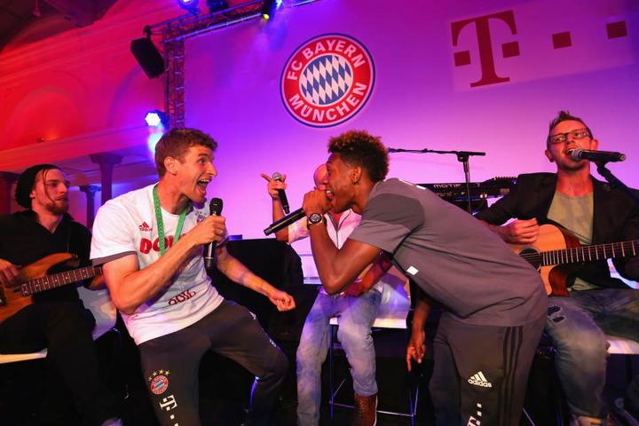 Nach dem DFB-Pokal-Finale im Mai 2016 feierten die Bayern-Spieler Thomas Müller und David Alaba mit dem österreichischen Duo.