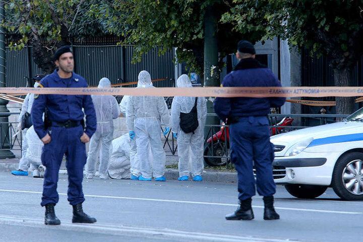 Spezialisten untersuchen den Tatort. Es kam zu Verkehrsbehinderungen.