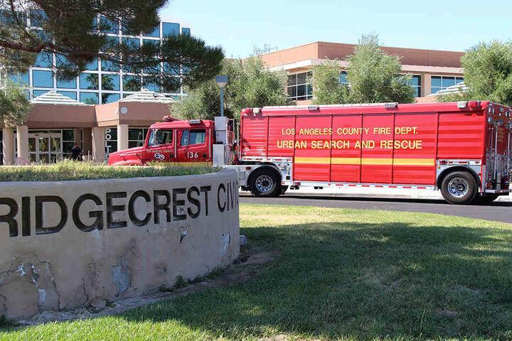 Ein Feuerwehrwagen des Los Angeles County Fire Departmend parkt nach dem schweren Erdbeben vor dem Rathaus in Ridgecrest.