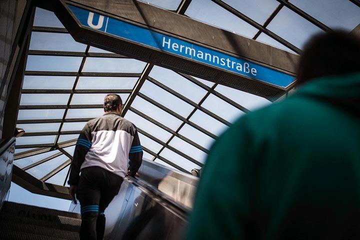 Die Tat ereignete sich an einer Treppe am U-Bahnhof Hermannstraße.