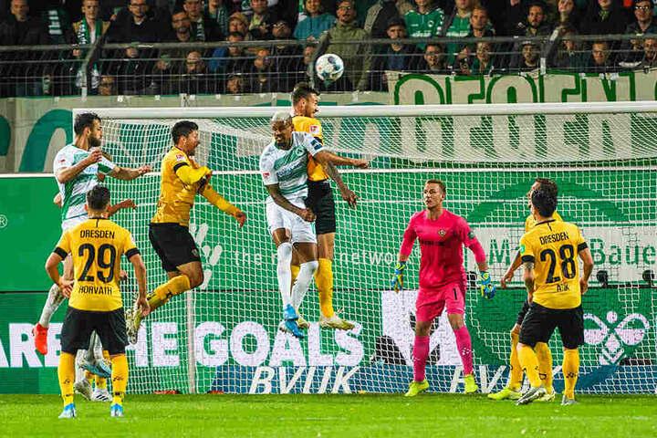 Florian Ballas (M.) gewinnt ein Kopfballduell gegen Fürths Doppeltorschützen Daniel Keita-Ruel.