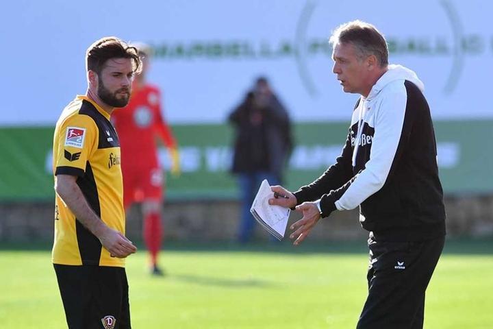 Niklas Kreuzer hört sich Anweisungen von Dynamo-Trainer Uwe Neuhaus an.