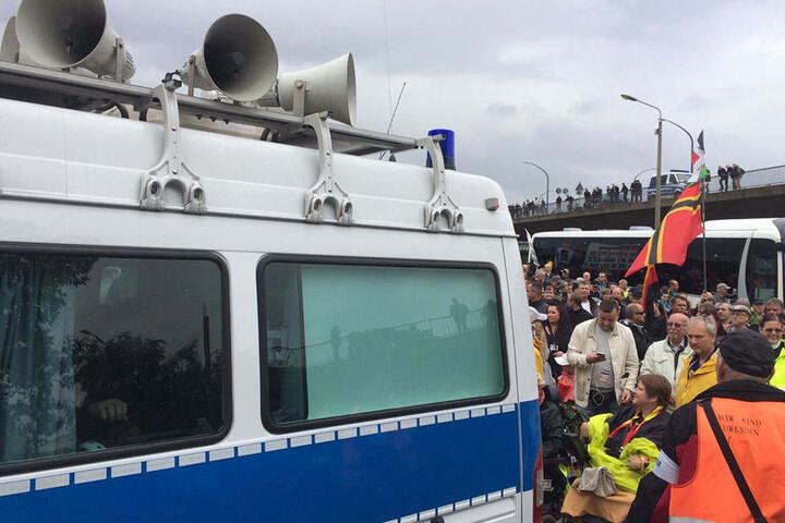 Die Polizei musste beim Tag der Deutschen Einheit dieVersammlungsauflagen für PEGIDA vorlesen.